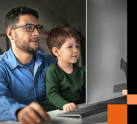 Mand og dreng foran computer